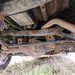 Hátul az off road-Toyoták minden szépsége: merev tengely, Panhard-rúd, kanyarstabilizátor, tekercsrugók, és rengeteg rozsda