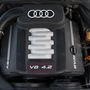 Mai szemmel is elismerésre méltó a legerősebb szívó vényolcas motor. Szép hangja van, nagyon jól veszi a lapot és könnyedén viszi az 1750 kilós Audit
