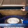 220 literes a csomagtér, amely alatt teljes értékű pótkereket találunk. Mondjuk érdekes is lenne egy 2CV számára készült mankókerék...