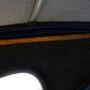 Az összehajtott tetőt rögzítő bőrfül máskülönben kapaszkodó