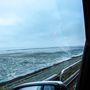Csak egy vékony földcsík, mindkét oldalon mocsár és a tenger