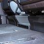 A padlóból kinövőrácson keresztül a hátsó lábteret fűtik. A magsabb felszereltségi szinteken még az üléseket rögzítő síneket is műanyaggal és gumival borítjaák
