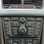 Az érintőképenyők korában kicsit sok ez a gombmennyiség, de az Opel hifije legalább képes befogni a rádióadásokat, ellentétben a Fordéval