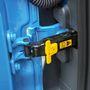 A kis sárga pöcökkel lehet kiakasztani a zsanért, hogy az ajtó még jobban kinyíljon