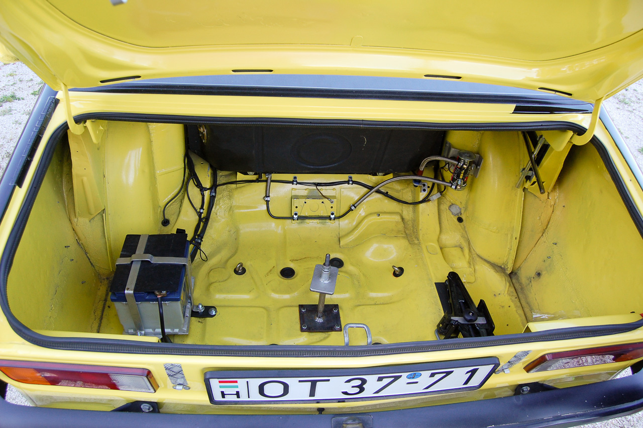 Elektromos üzemanyag pumpa a csomagtartóban. Rögzített szerszámok