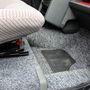 A padlólemez teljesen sík, csak a legelső két ülés előtt van egy-egy mélyedés a lábaknak