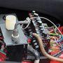A fém kar az áramtalanító kapcsolója, a kis nyomógombok az elektromos rendszer biztosítékai