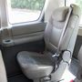 A leghátsó sorban csak két szék található. Itt sem ér össze az utasok válla, de kétoldalt kiesik némi hely a kerékjáratok miatt