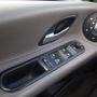 A romlás csak egészen apró dolgokban nyilvánul meg. Ilyen például, hogy az ablakemelő kapcsolóit övező műanyagról az évek során lemállott a puha borítás. Tudják, ez az a gumírozott réteg, amelyet a Volkswagen-csoport bizonyos autóiban is nyögnek a mai tulajok. Régi Audi A4, Golf IV...
