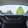 A hátsó szélvédőn belül még egy ablak hangszigeteli a motort, a két üveg együtt már kicsit torzít