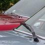 Másfajta ablaktörlő van a két kocsin, a piros kupéé le is lóg az üvegről