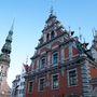 Riga leghíresebb nevezetessége, a feketefejűek háza, ami a Hansa-korban (1300-as évek) a nőtlen kereskedők klubja volt. Háttérben a Szent Péter torony, Riga első temploma, Nagy Péter cár szeretett ide felmászni.