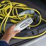 Intelligens töltővel adják a GTE-t. Nem terheli túl az otthoni elektromos rendszert és lekapcsol, a töltési folyamat végén