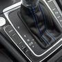 A váltókar tövében választhatunk a hibrid hajtás kínálta üzemmódok közt. Mehetünk csak villanymotorral, csak benzines üzemmódban, hibridként és ha kell, feltöltött állapotban tarthatjuk az akkumulátort. A GTE gomb a mindent bele funkciót aktiválja. Ilyenkor a Golf végsebessége 222 kilométer per óra, és álló helyzetből 7,6 másodperc alatt gyorsul százra