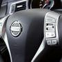 A szokásos Nissan-multikormány. Ez alapáron jár