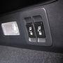 A csomagtérből gombnyomásra, elektromosan dönthetők a hátsó ülés támlái