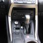 A nagy tekerőgombbal az üzemmódok közt választhatunk, az EV feliraztú gombbal tisztán elektromos autóként  működik a kocsi