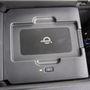 A könyöklő alatti drótnélküli töltővel lehet felfrissíteni az arra alkalmas, vagy alkalmassá tett telefonokat