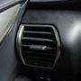 Prémium autóknál nem szokás a műszerfal nagy elemeit kopogós műanyagból készíteni, a légrostélyok körül mégis ilyet használnak