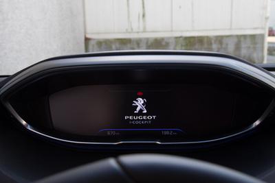 A Peugeot 504 Coupé első széria hátsó lámpáját idézi fel, gyönyörű részlet