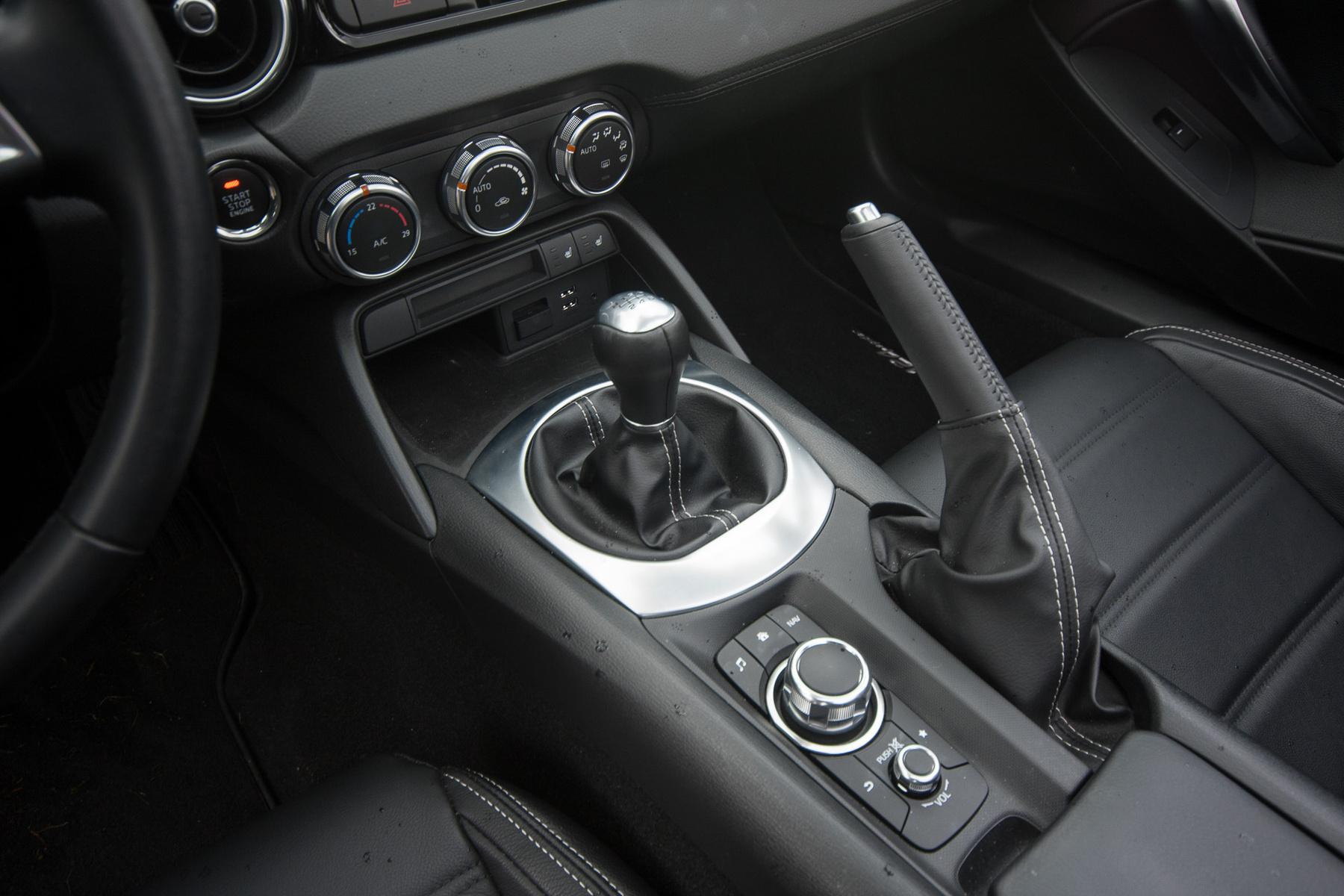 A motor középen erős, s a hangja sem rossz, bár a Mazda izgalmasabb