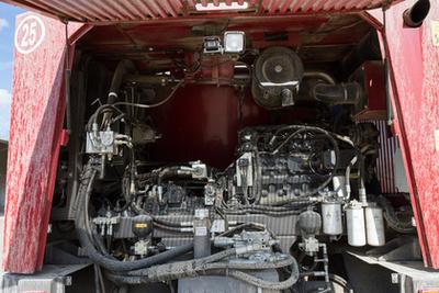 A motor karbantartását képregyény formájában is mellékelték  a motortérbe