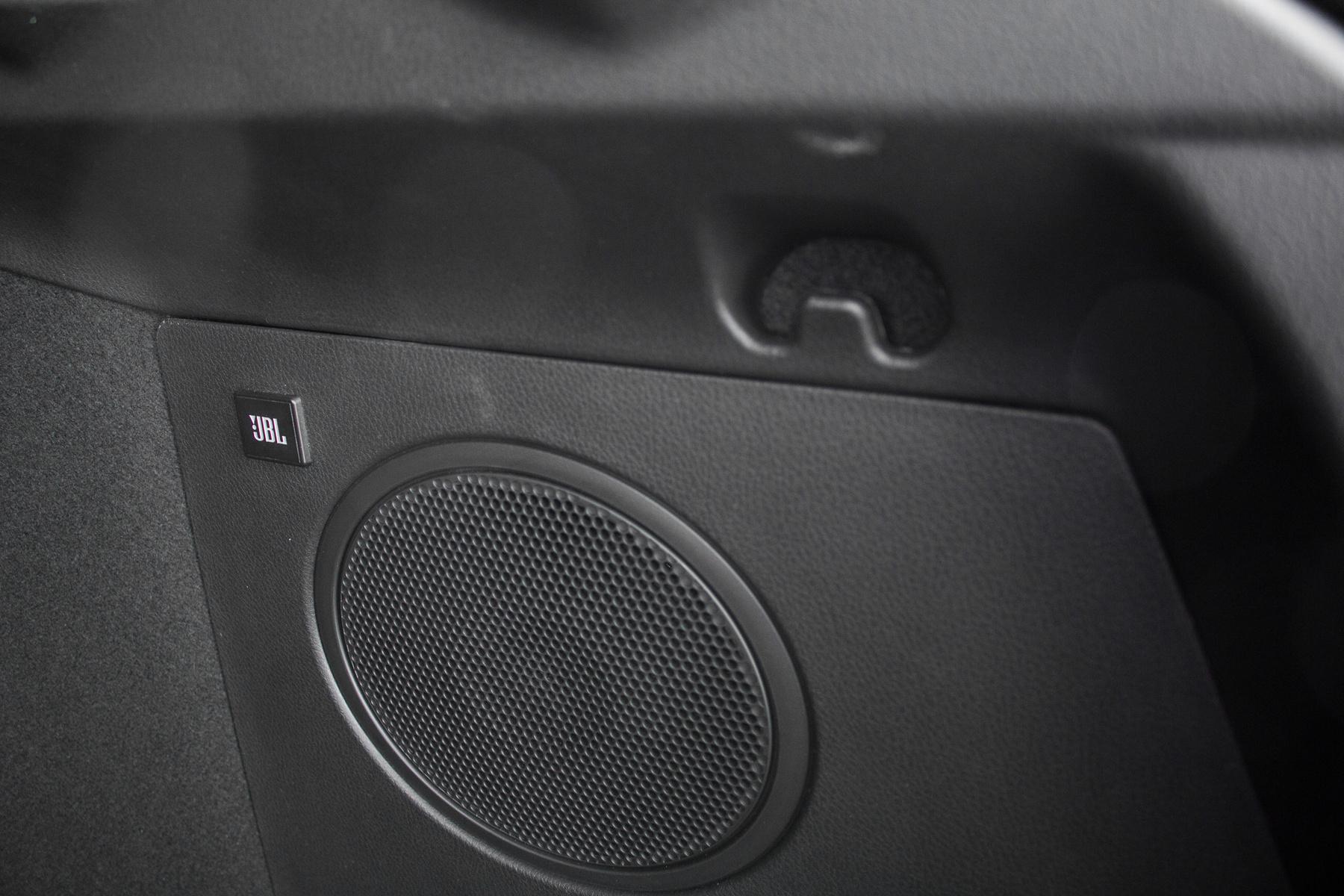 Kiegészítő basszus-hangszóró a csomagtartó oldalfalán