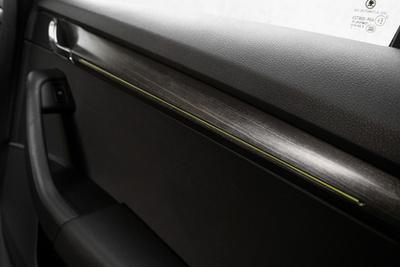 Tisztességes multilink hátsó futómű, kicsit a tervezettnél jobban kiemelve: azért érezni nagyobb döccenőknél a nyomtávváltozást