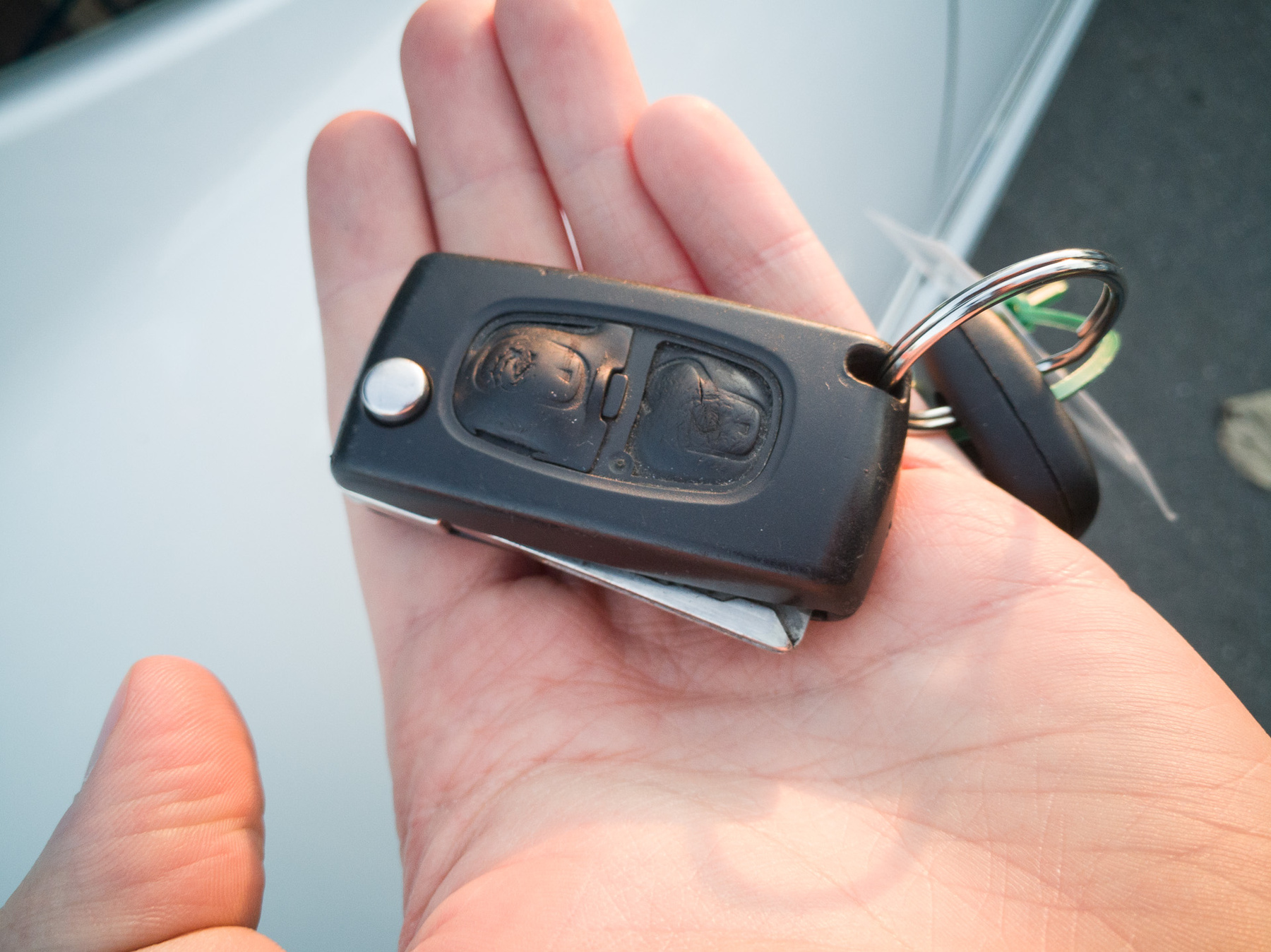 Mai telefonokkal nem mindig párosodik elsőre, de legalább van benne bluetooth-os kihangosító