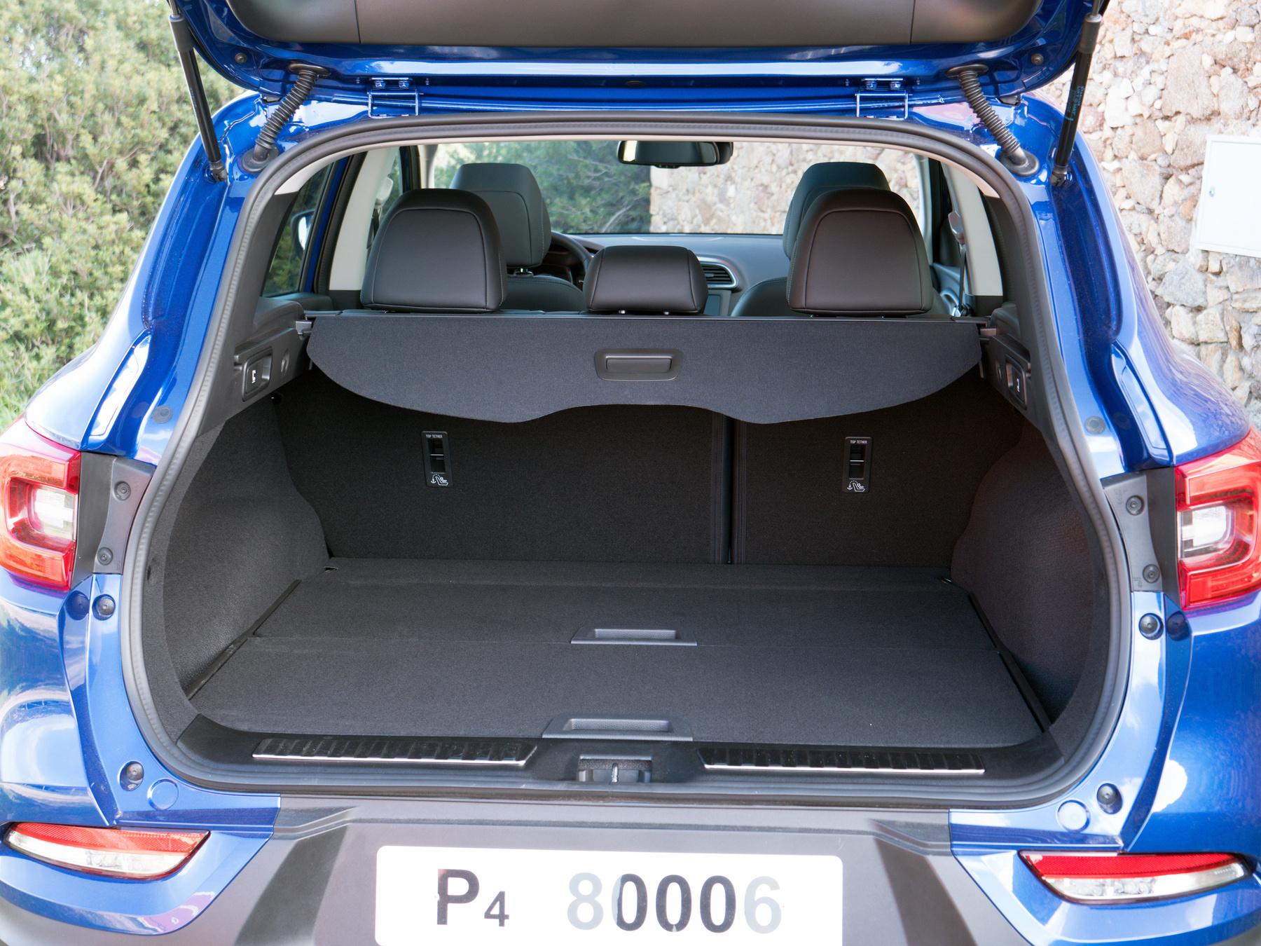 A csomagtartó is nagy, ráadásul kivehető a padló és akkor még egy kicsit nagyobb lesz, esetleg csempészáru számára is megfelelő