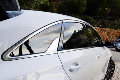 Mostanában a Kiánál is értenek a kocsik hangolásához. Tipp: Alfred Biermann?