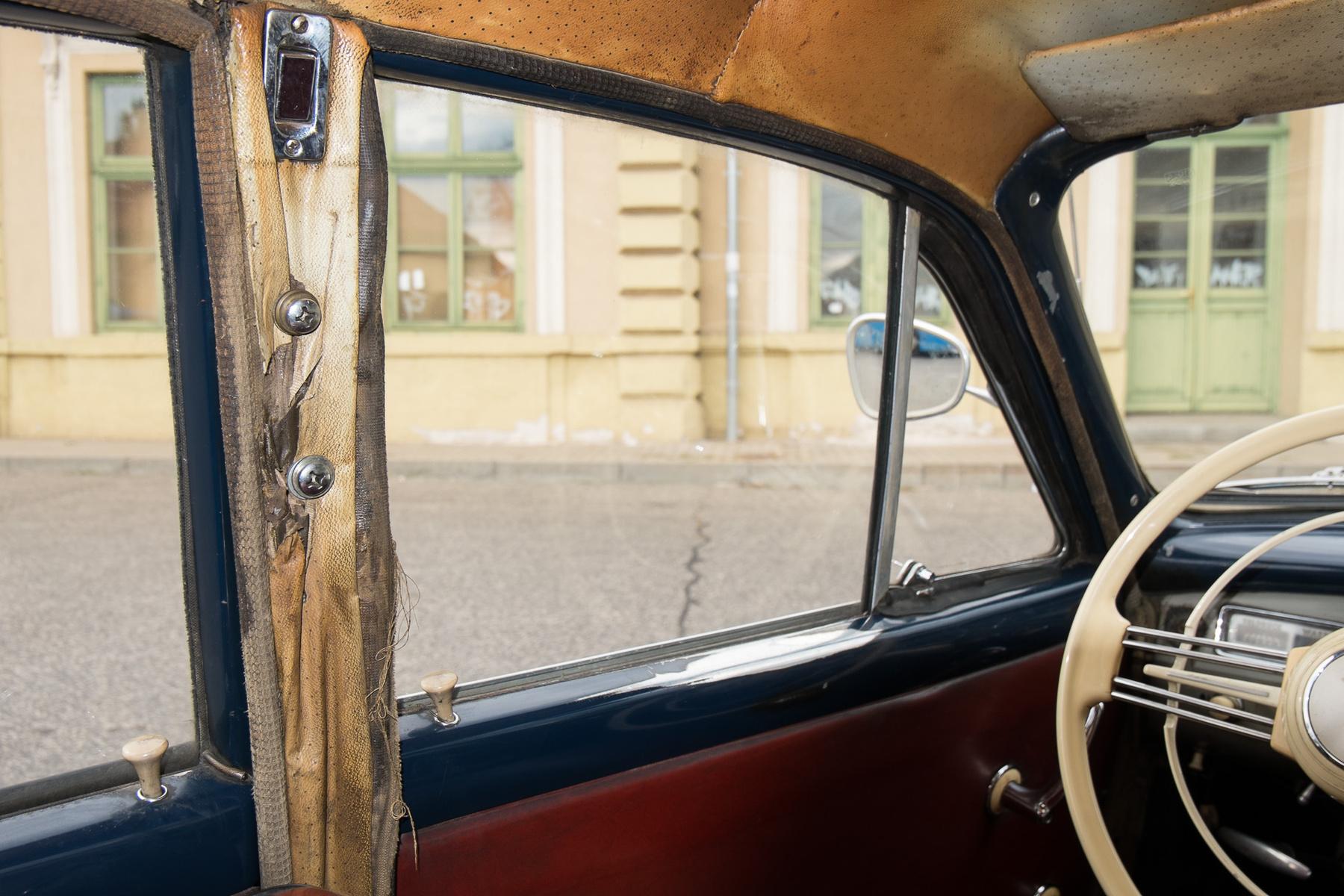 A Ponton-Mercin látszik a taxiengedély-tábla