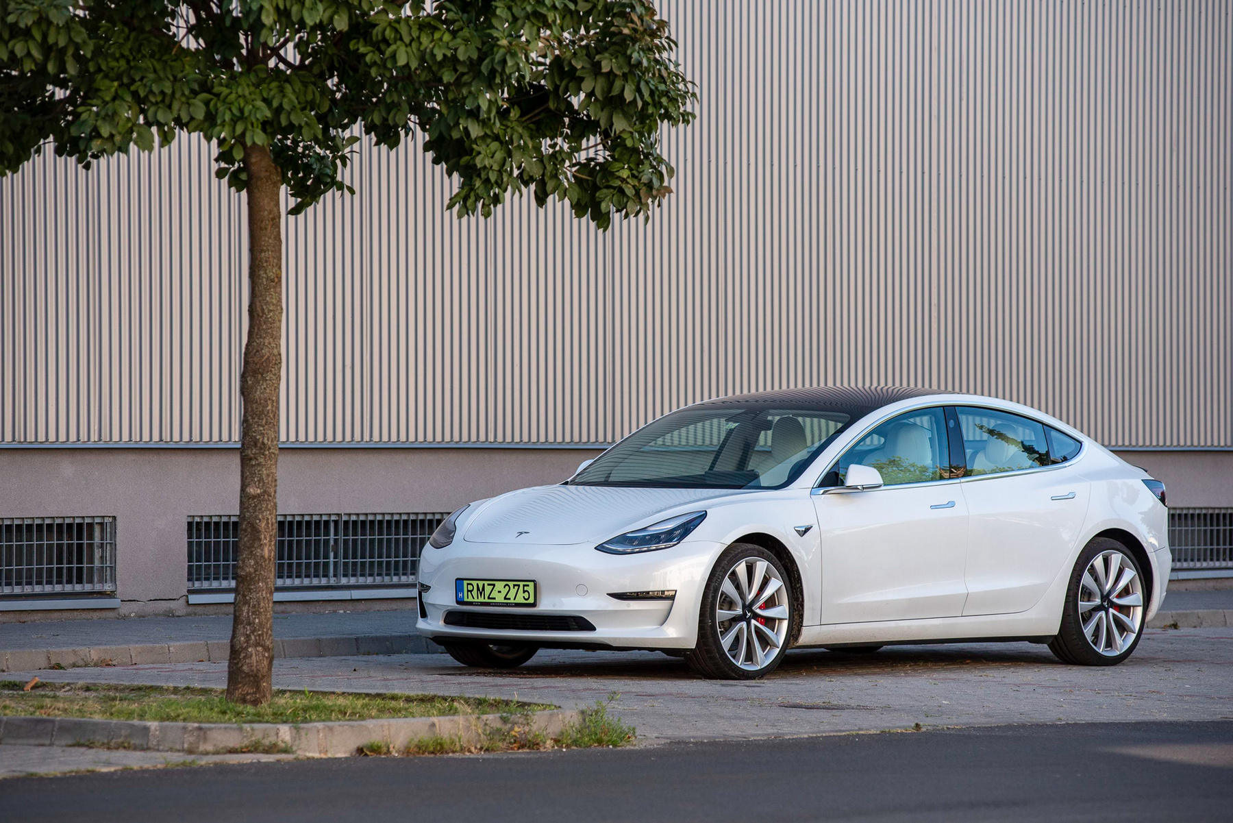 Bal oldal: így látszik a Tesla-appban a jármű. Beállíthatunk korlátozások, például, hogy a gyerek ne gyorsuljon 260-re a Váci úton. A jobb oldal a Hungaroringi log. 199-re gyorsult az özönvízben a féktáv előtt, az elég komoly.