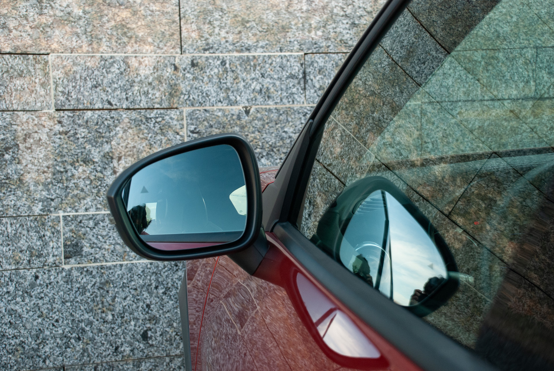 Százas tempó környékén megjelenik egy kis szélzaj. Behajtott tükrökkel is, valószínűleg az ajtók környéke igényel némi masszírozást