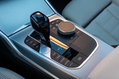 Sok arca van az LCD-s műszerfalnak. Jellemzően a sebességet, az akku töltöttségi szintjét és a villanymotor rásegítésének mértékét látjuk rajta. Ha viszont az Xtraboost funkciót választjuk és az autó teljes erejét használjuk, a háttér vörösre vált és a benzinmotor fordulatszámskálája jelenik meg a jobb oldalon