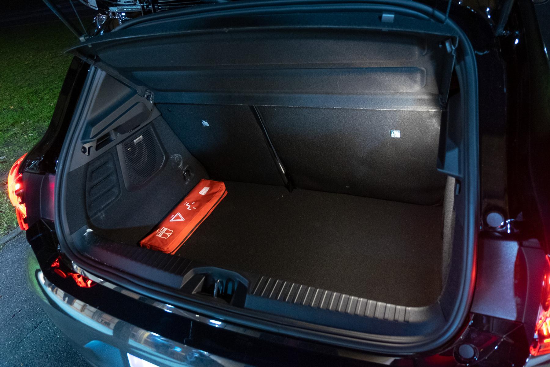 Maradt a 300 literes csomagtartó, alatta az 1,2 kWh-s akku