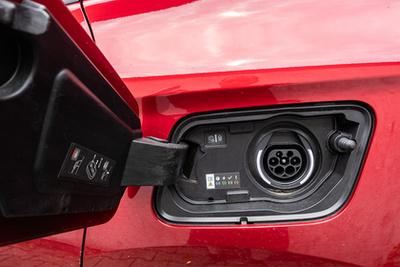A fedélzeti számítógép úgy tesz, mintha az áramfogyasztás nem is lenne - az átlagfogyasztást nem is mutatja, csak benzinből. Igaz, a menüből kihámozható