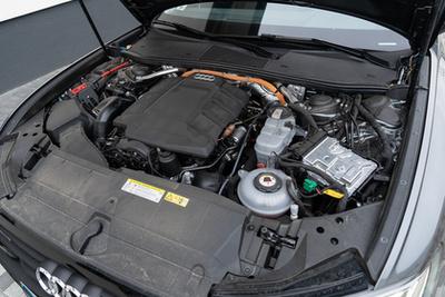 Az összteljesítmény bőven sok a mindennapokra, ellenben nagyon szórakoztató és kiválóan működik együtt a benzin- és villanymotor